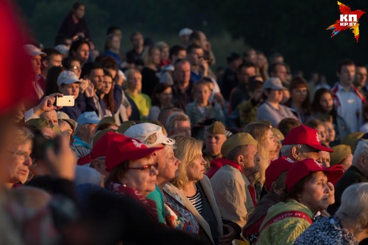 В 5 утра в крепость пришли более 10 тысяч зрителей.