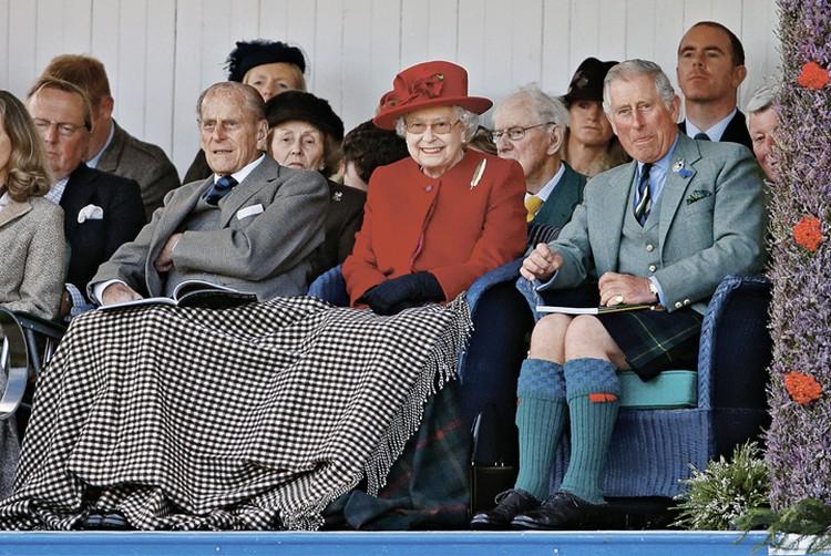 Британские журналисты считают, что убийство Дианы могли заказать бывший муж Дианы принц Чарльз (справа в гетрах) и его отец герцог Эдинбургский Филипп (слева под пледом). Фото: GETTY IMAGES