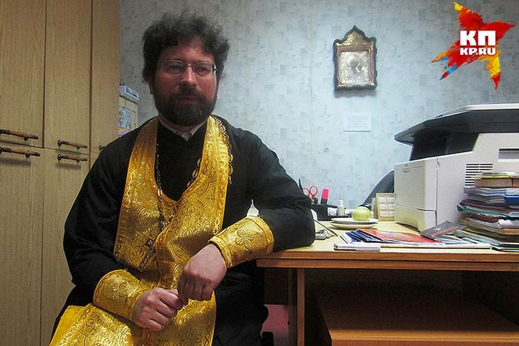Настоятель Спасского собора отец Петр.