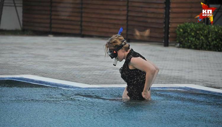 Яна разбавила свой образ ещё и маской с трубкой для подводного плавания.
