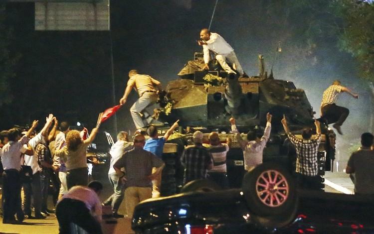 Напомним, мятежники перекрыли мосты через Босфор, ввели танки в Стамбул и заявили о переходе власти в их руки