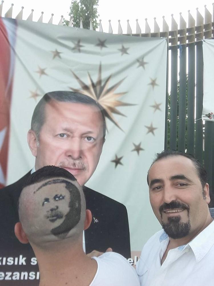 Парикмахер и его помощник по сей день участвуют в демонстрациях в поддержку Эрдогана после путча.