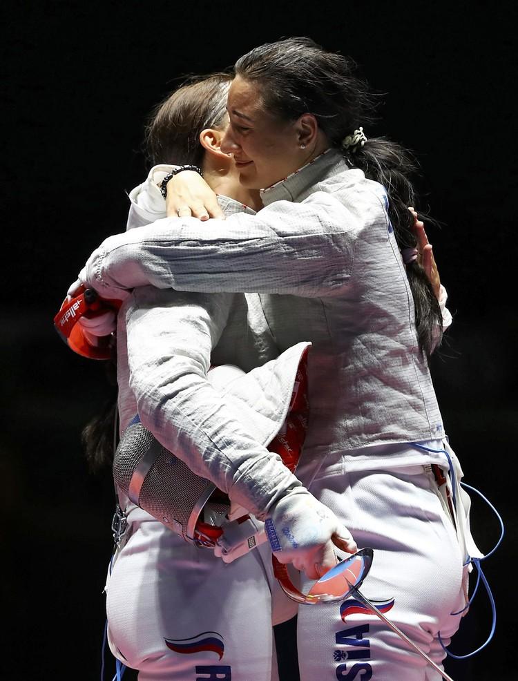 Софья Великая и Яна Егорян обнялись после финала олимпийского турнира по фехтованию на саблях.
