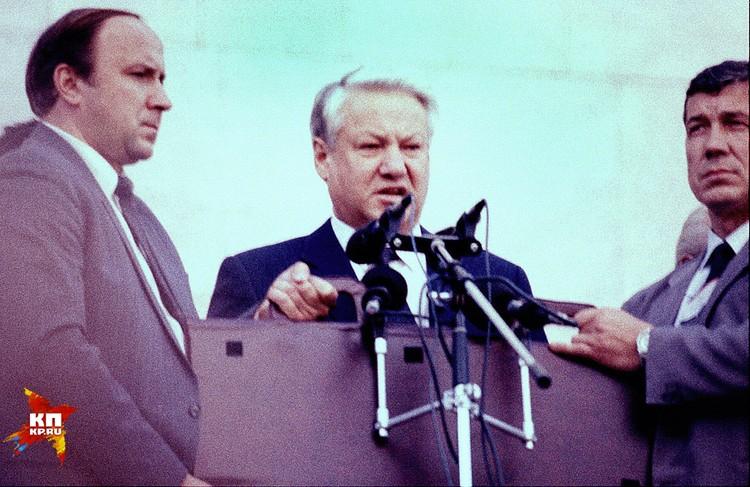 Ельцин увлекся. Ему тоже очень хотелось власти. У Ельцина это было развито чудовищно, болезненно