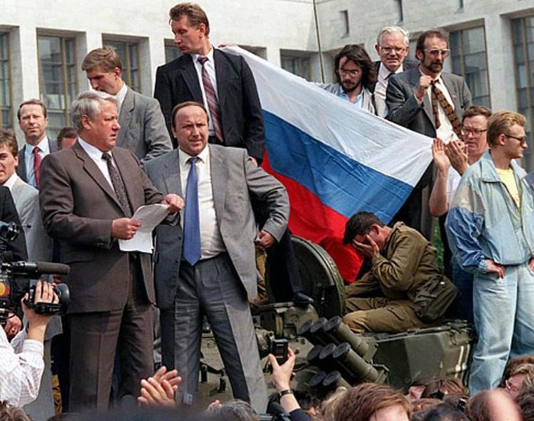 Борис Ельцин и бывший глава службы безопасности Александр Коржаков.