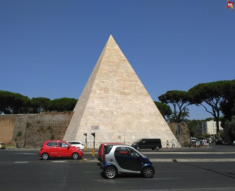 В Риме даже есть своя пирамида – 40-метровая пирамида Цестия. ФОТО: Дарья РАДЬКОВСКАЯ