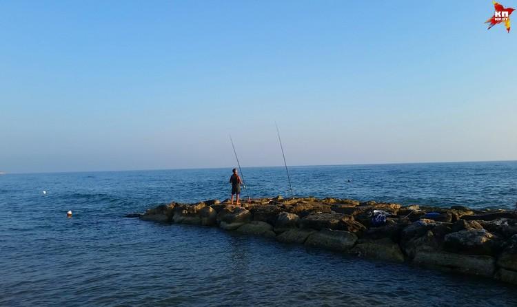 По вечерам на набережной остаются только рыбаки.