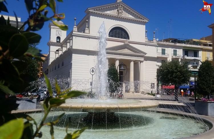 Центральная площадь Анцио и местная достопримечательность - фонтан.
