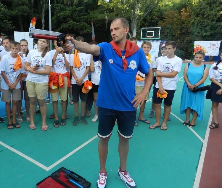 Олимпиец показал ребятам, как нужно стрелять