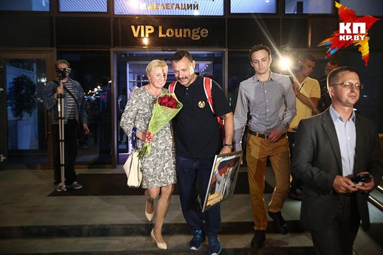 Встречать Андрея Фомочкина приехала жена Галина и сын.