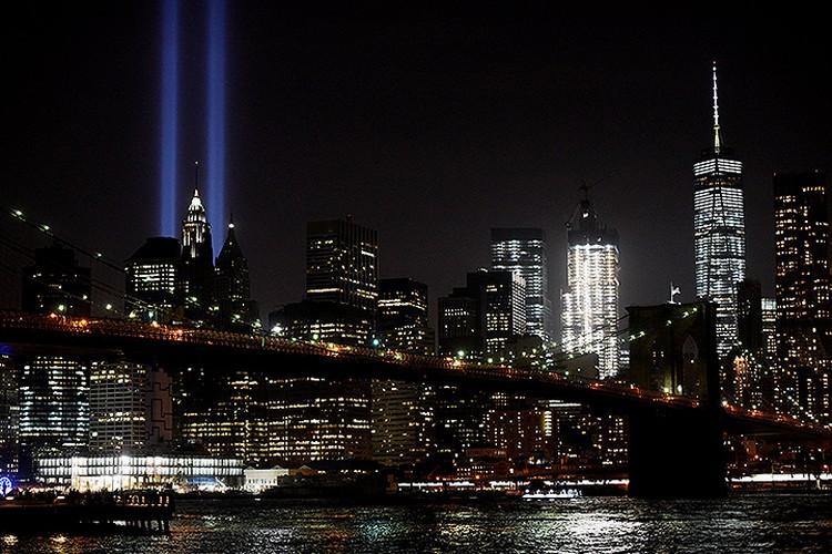 Уже несколько лет на месте башен-близнецов ночное небо пронзают два мощных прожектора.