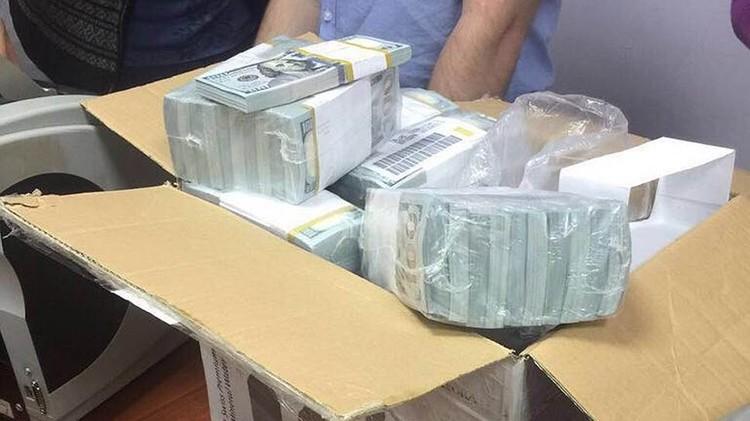 Наличные доллары были опечатаны бандеролью желтого цвета - это фабричная денежная упаковка одной из 12 американских типографий Федеральной резервной системы. ФОТО: Оперативная съемка, предоставлено kommersant.ru