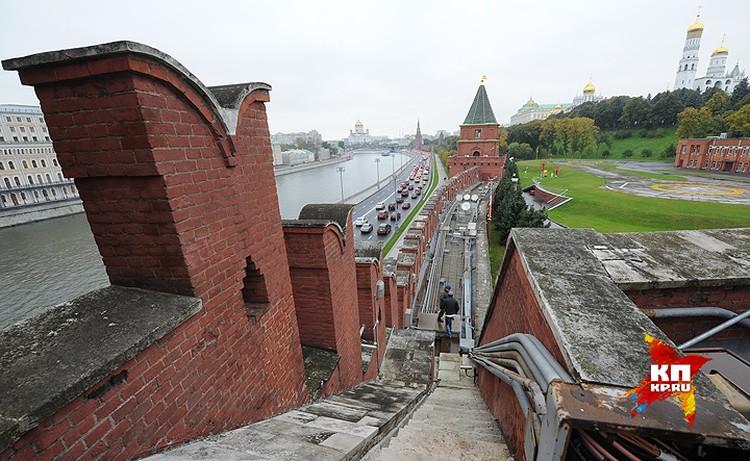 Коммуникации на стене Московского кремля.