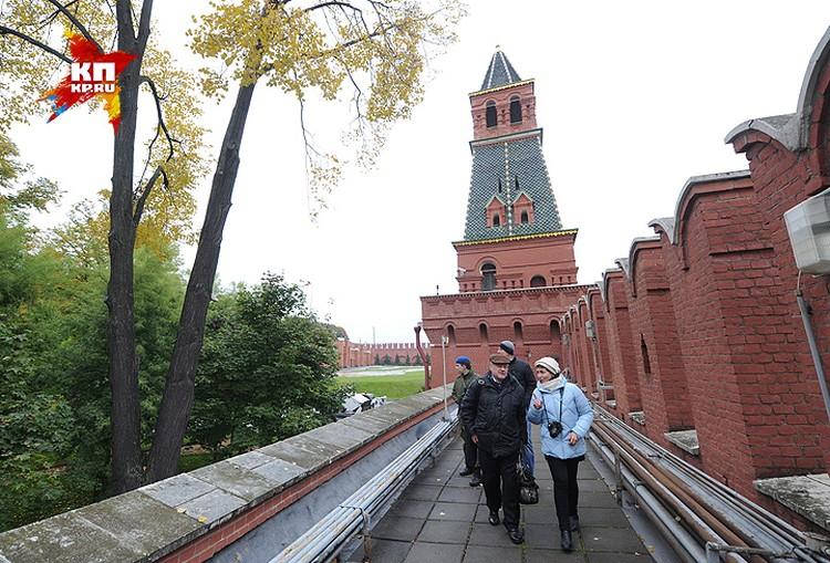 """Журналисты """"Комсомолки"""" на стене Кремля."""