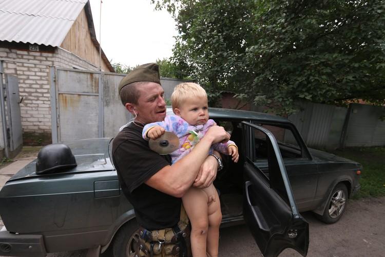 «Моторола» с малышом Антошей Кобченко, чья семья жила прямо на линии фронта.