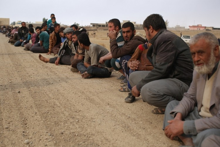 Колонны беженцев выбираются из Мосула самостоятельно, гуманитарных коридоров просто нет