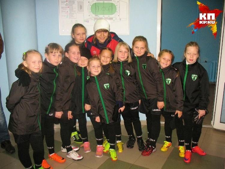 """Мария еще и талантливый тренер, сейчас она занимается с маленькими футболистами """"Торпедо"""". Фото: vk.com"""