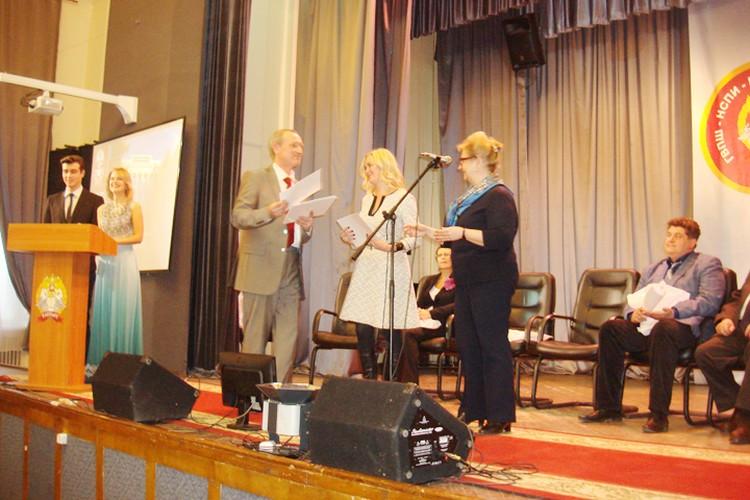 Директор Михаил Марасов вручает почетные грамоты.