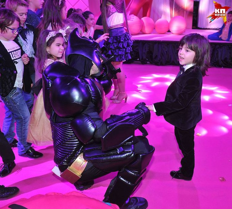 На дне рождения сестрёнки Мартин успел подружиться не только с Бэтменом, но и с дочкой Ани Лорак Софией (она на этом фото слева с бантиком в волосах)