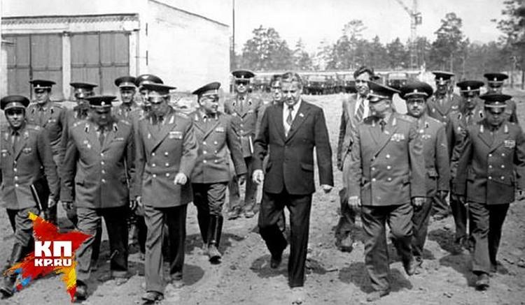 Снимок сделан в 1979-м году. Борис Ельцин идет по территории 32-го военного городка вместе с офицерами во врем эпидемии сибирской язвы.