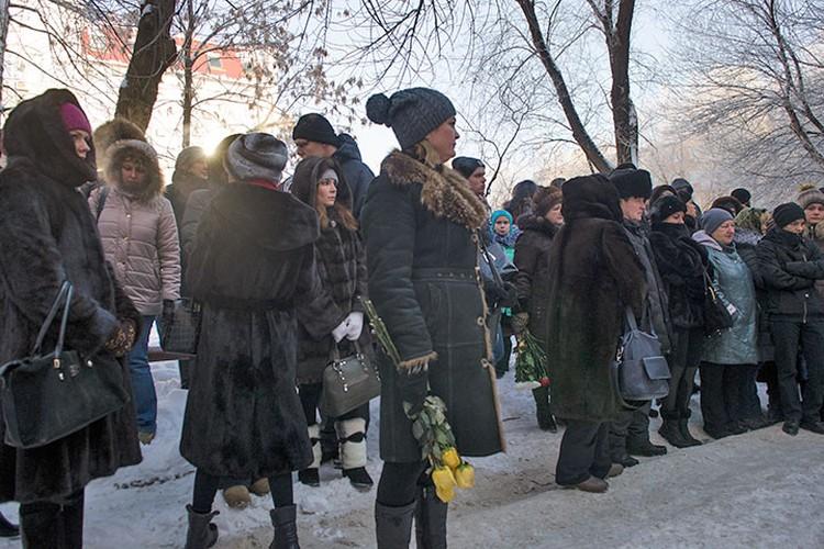 У дома родителей Екатерины, где проходили похороны, собралось много людей.