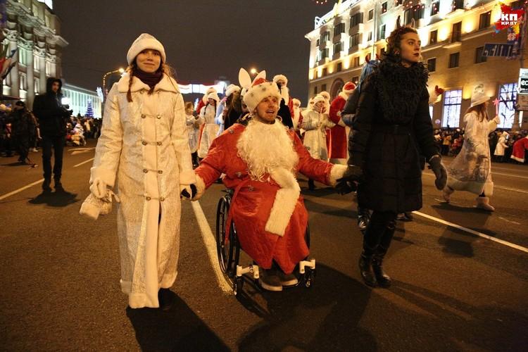 В этом году к шествию присоединились наконец-то Деды Морозы и Снегурочки на инвалидных колясках