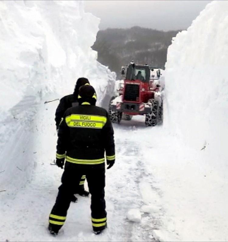 Из-за плохих погодных условия спасательная техника не может пробиться к месту трагедии