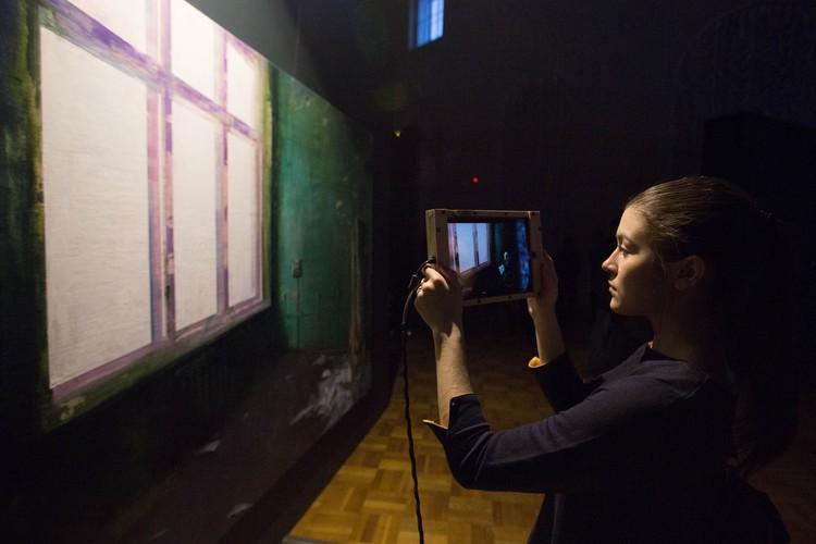 Зритель подсматривает за одиноким художником через планшет, словно через замочную скважину.