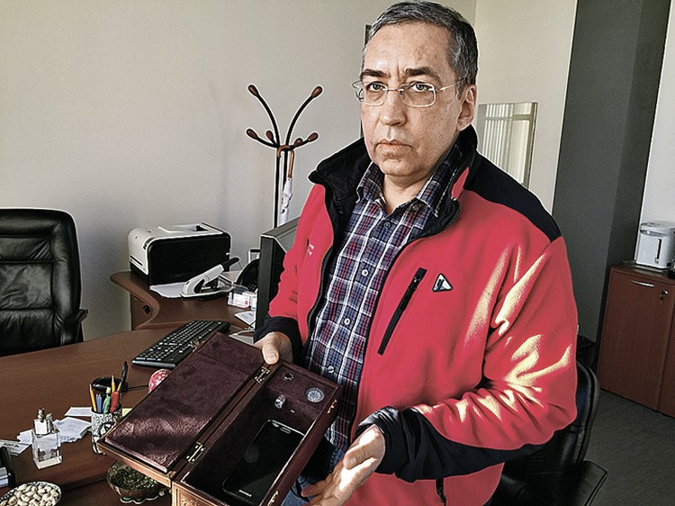 Игорь Ашманов продемонстрировал один из самых модных сегодня IT-подарков. В такую коробку перед началом серьезных переговоров их участники складывают свои мобильники, а она глушит сигнал, делая невозможной прослушку.