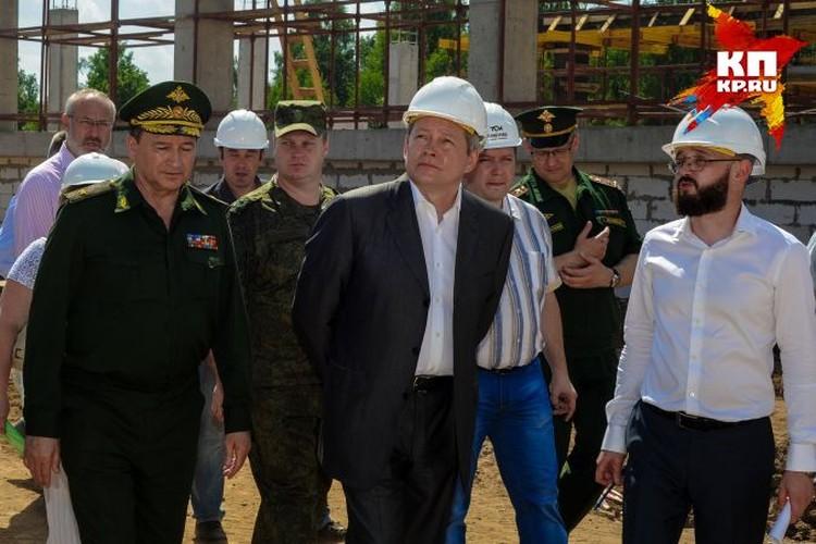 Виктор Басаргин (в центре) инспектирует ход строительства.