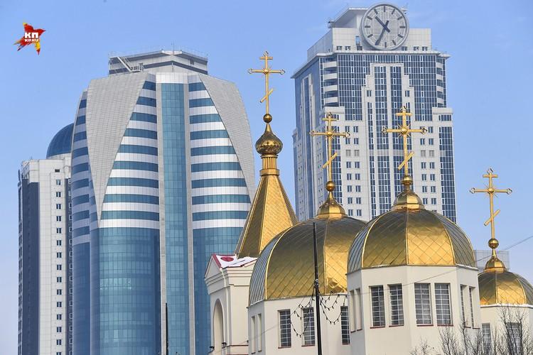 Храм Архангела Михаила на фоне Грозный Сити