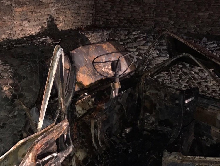 """Обгоревшее тело спасателям пришлось вырезать из салона с помощью специнструментов. Фото: пресс-служба Упрдор """"Черноморье"""""""