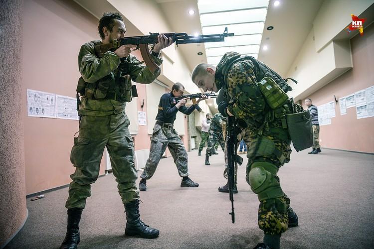 Небольшой отряд бойцов оттачивает свое мастерство владения автоматом