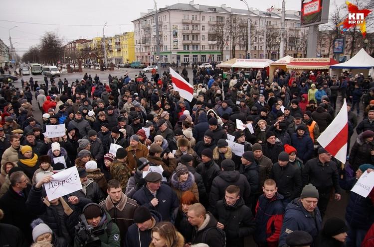 Еще до начала акции на площади собралось несколько сотен