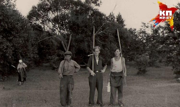 Юный Стась с друзьями. Фото: личный архив.