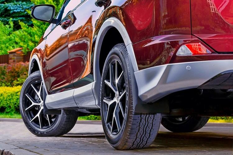 Новый пластиковый обвес по кругу, которым отличается комплектация Executive, добавил автомобилю вистов, сделав его визуально дороже