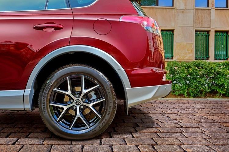 Достаточно низкий профиль покрышек делает кроссовер крайне чувствительным к дорожным «невзгодам». Впрочем, RAV4 создан для города, где асфальтовое полотно значительно лучше