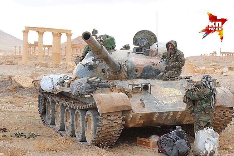 Танк правительственных сил в исторической части освобожденной Пальмиры.