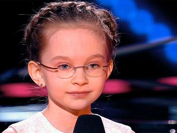 Строгое жюри ополчилось на 8-летнюю Вику Старикову, которая, по их мнению, просто не имела права петь такую взрослую песню Земфиры