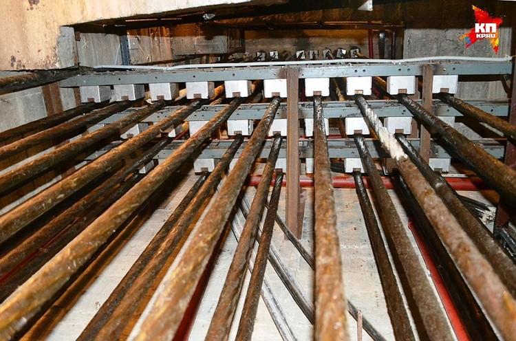 В трех секциях 99 канатов, которые идут от пяток до уровня груди. Каждый из них выдерживает нагрузку в 60 тонн.