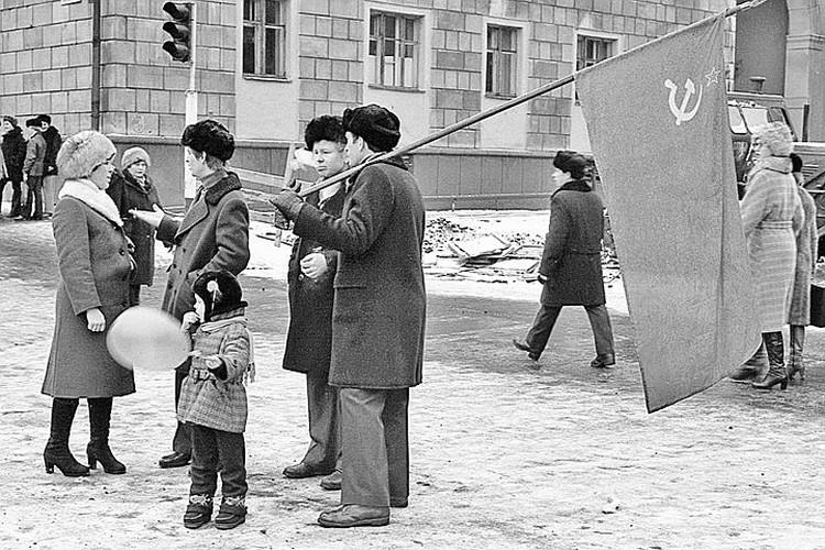 Голосуя за сохранение СССР, люди потом не могли понять - почему же его развалили? Фото: Владимир ВОРОБЬЕВ