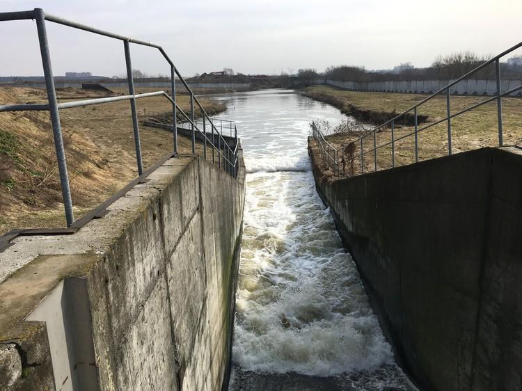Так чистая вода уходит в реку Пехорку.