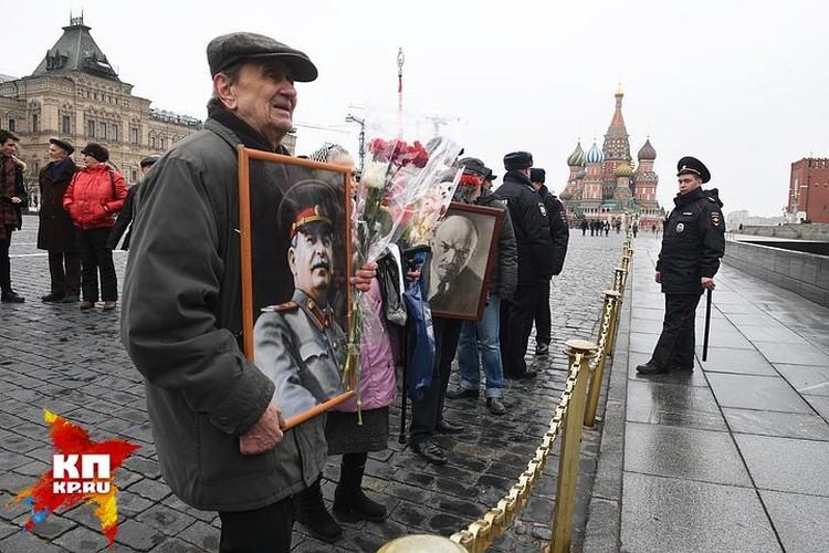 На Красной площади, куда 2 апреля зазывали молодежь на «акцию протеста», обнаружились лишь вечно молодые поклонники Ленина и Сталина