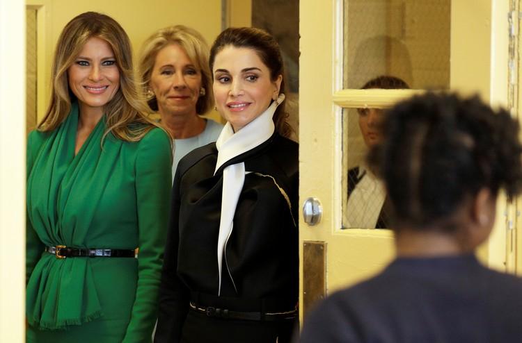 Мелания и Рания посетили школу для девочек.