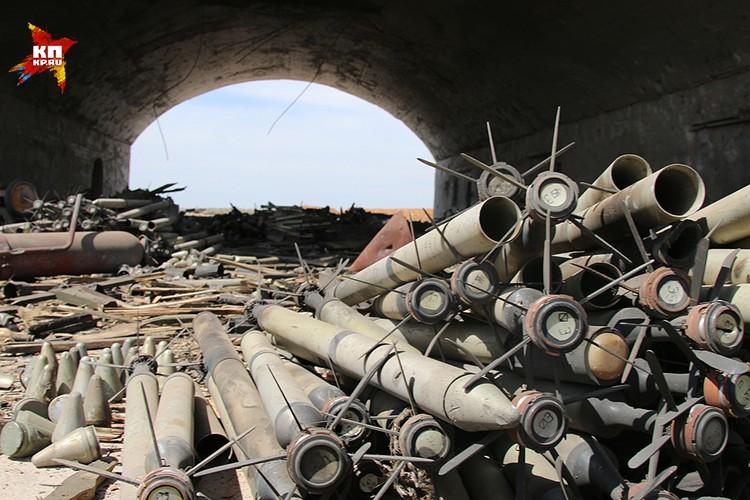 Понять, где находились самолеты, а где — склады с вооружением можно только по разбросанным рядом боеприпасам