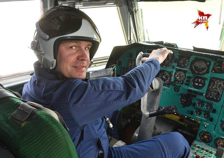 Командир авиационной эскадрильи самолетов-заправщиков Ил-78 подполковник Владимир Озеров.
