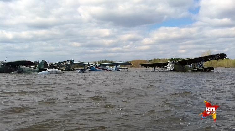 В водном плену оказались девять самолетов. ФОТО Виталий КОРОЛЕВ