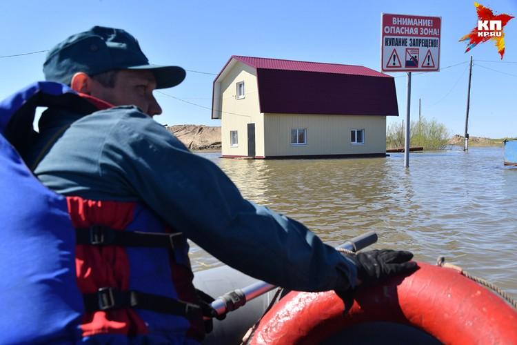 11 мая один участок дамбы прорвало и вода залила дачные участки