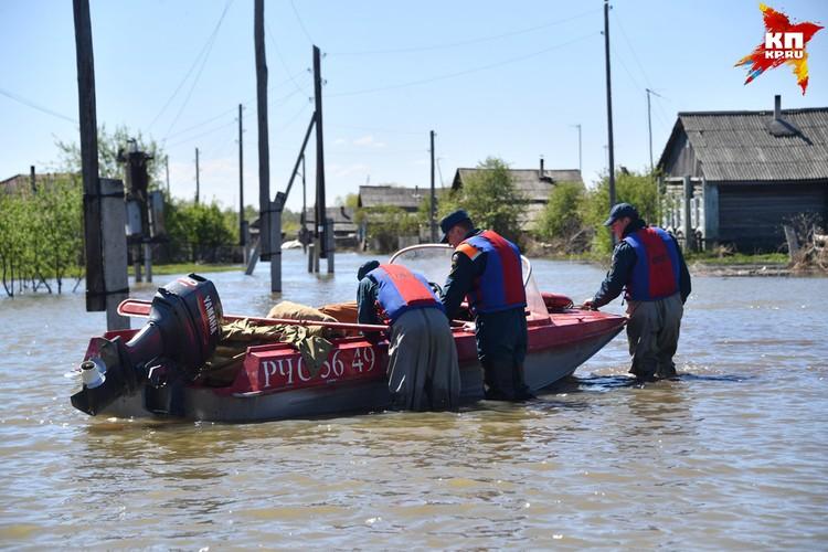 Сотрудники МЧС оказывают самую разную помощь населению