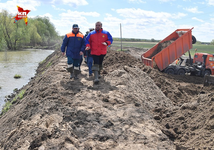 Владимир Пучков в ходе своей поездки в зону наводнения в Тюменской области.